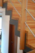 Dřevěné schodiště detail bok
